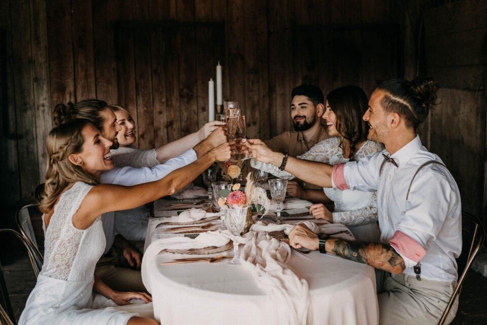 Western Hochzeit, Inspiration mit anstoßenden Brautpaaren