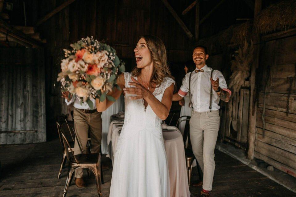 Braut schmeißt Brautstrauß in der Scheune