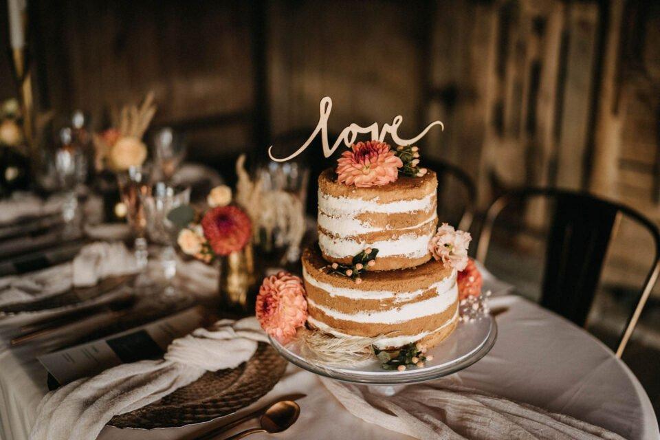 """Naked Cake, zweistöckige Hochzeitstorte mit Holtopper """"love"""""""