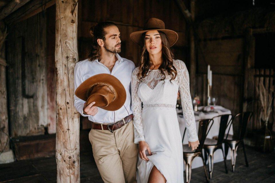 Zweites Brautpaar mit Cowboyhüten bei Country Inspiration