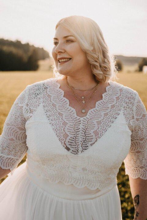 Braut im Plus Size Brautkleid mit Spitzenoberteil