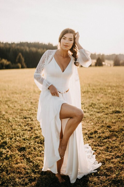 Braut zeigt Bein auf der Wiese