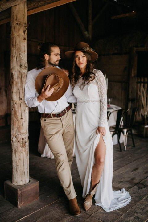 Western Hochzeit, lässiges Brautpaar mit Cowboyhüten