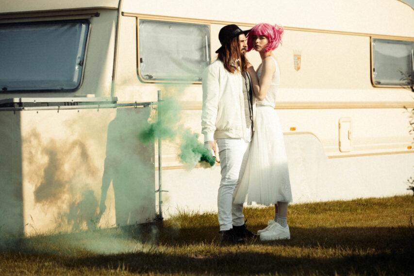White Glamping | stylisch im Brautkleid Zweiteiler auf dem Campingplatz