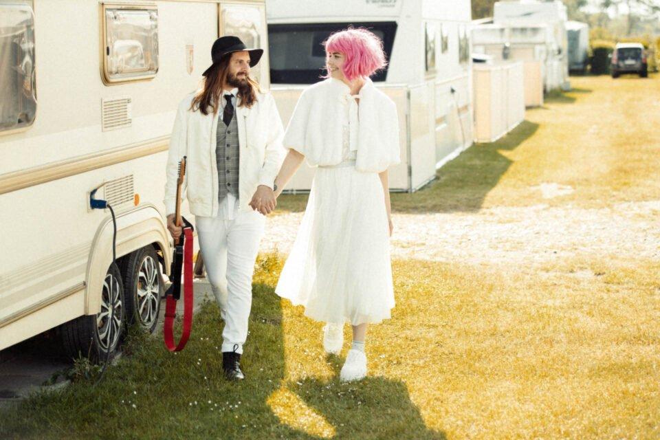 White Glamping, cooles Brautpaar auf dem Campingplatz