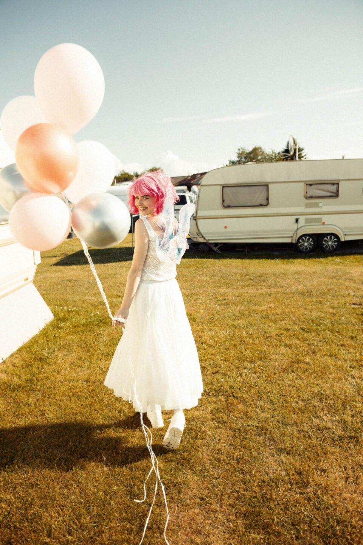 Braut im Brautkleid Zweiteiler mit Luftballons