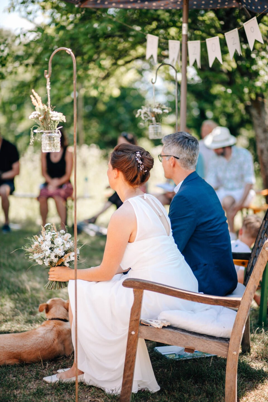 Brautpaar bei Gartenhochzeit