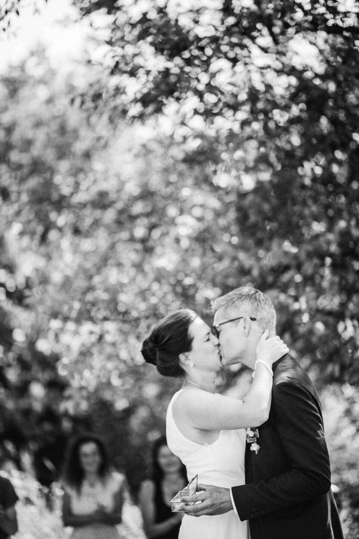 Brautpaar küsst sich nach Trauung