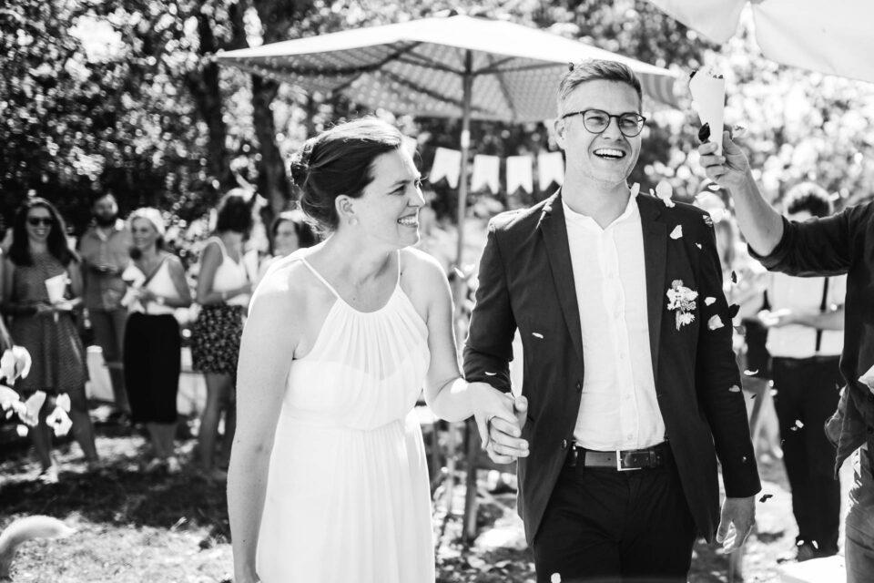 lachendes Brautpaar bei Gartenhochzeit nach Ehevesprechen