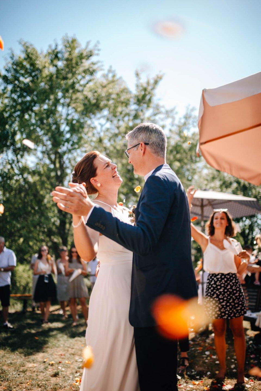 Brautpaar tanzt bei Gartenhochzeit