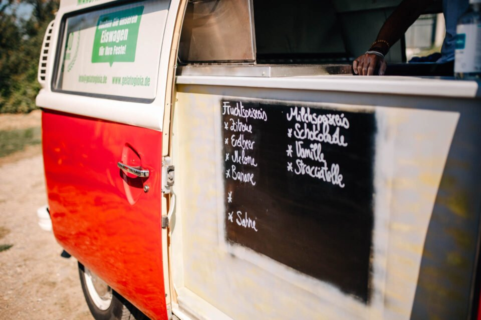 VW Bulli als Eiswagen mit Eistafel auf Hochzeit