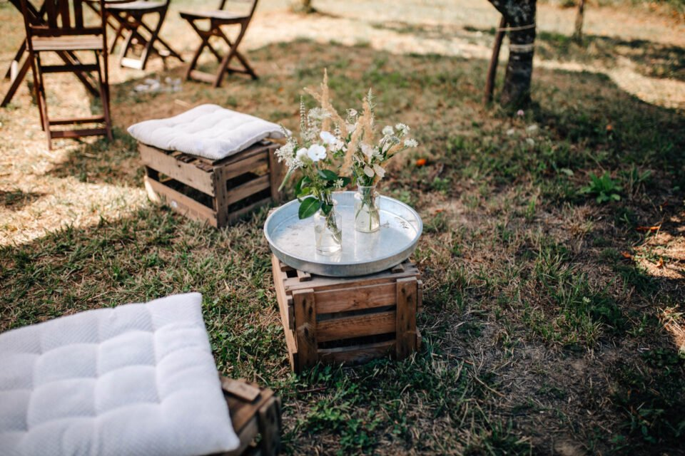 Holzkisten als Sitzgelegenheit bei Hochzeit im Garten