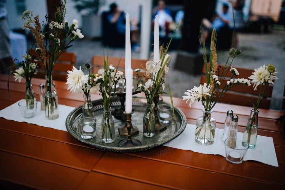 Tischdeko mit Blechtablet; Kerzen und Blumen bei Hochzeit im Weingut Schneider-Pferfferle