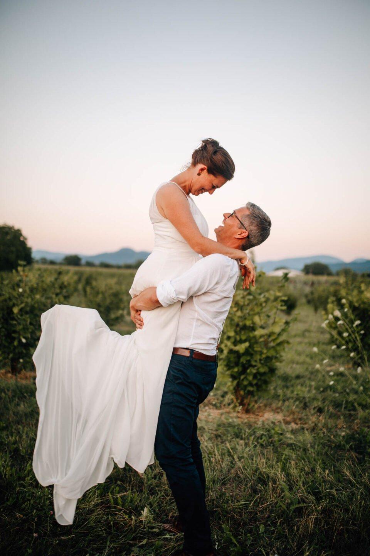 Bräutigam hält Braut in den Himmel