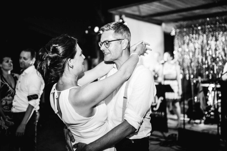 Brautpaar tanzt am Abend eng umschlungen