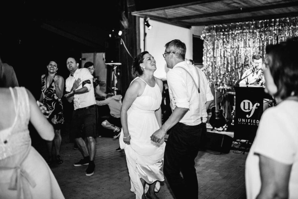 Brautpaar tanzt ausgelassen auf der Tanzfläche