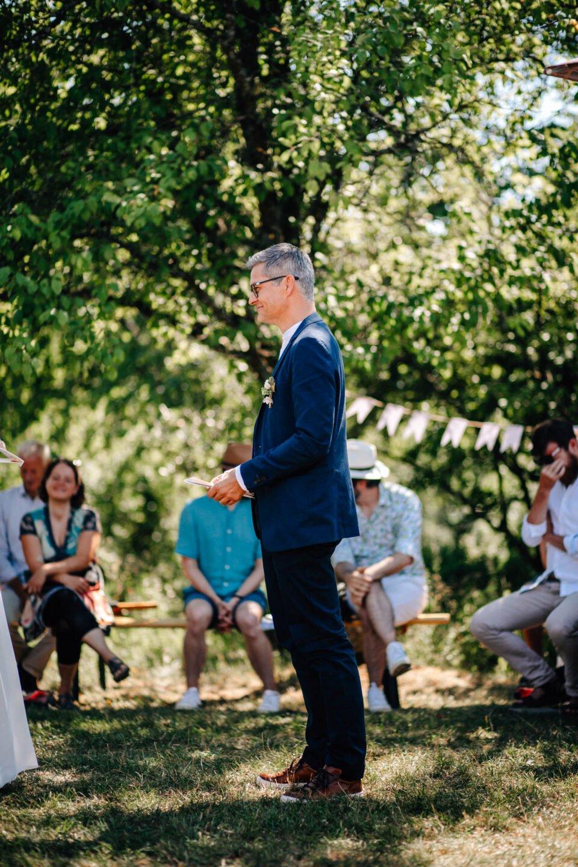 Bräutigam beim Trauversprechen bei Gartenhochzeit