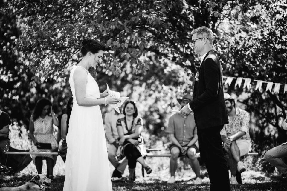 Brautpaar gibt sich Trauversprechen bei Gartenhochzeit