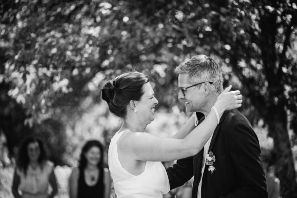 lachendes Brautpaar nach Eheversprechen
