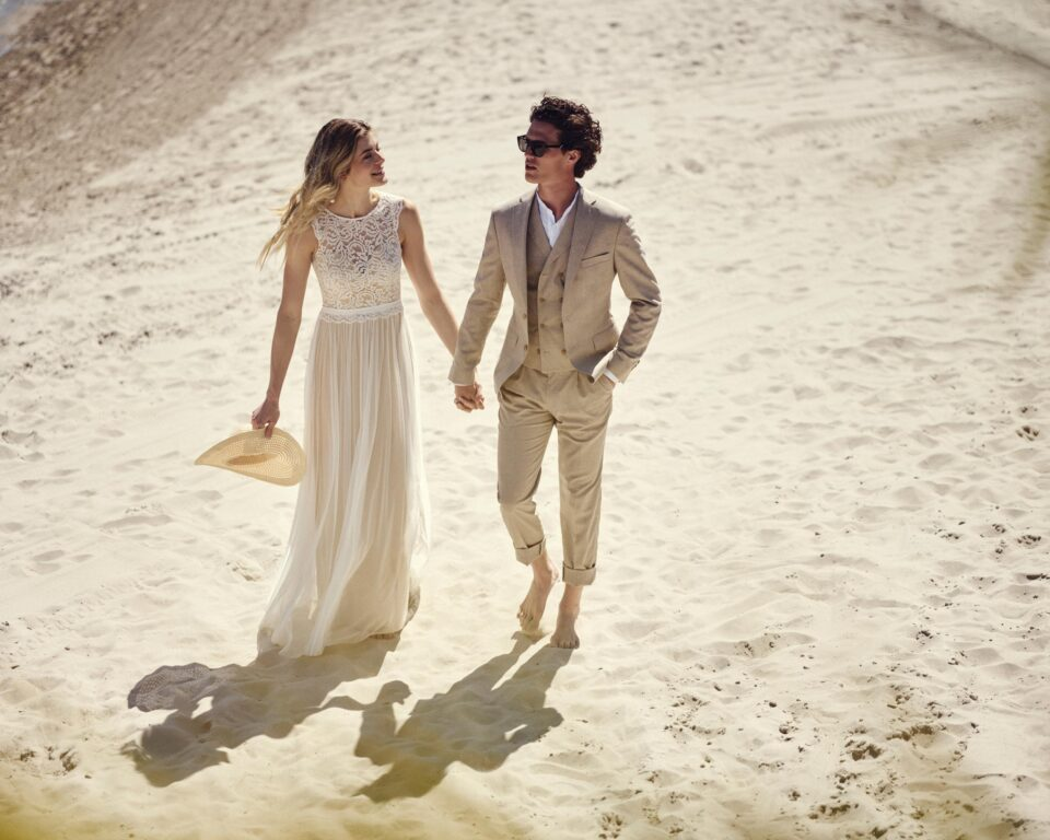 Boho Strand-Brautkleid, Brautpaar im Sand