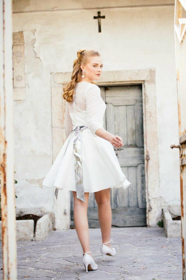 Ballerina Brautkleid Satin mit Perlen-Brautbolero und breiten Bindegürtel in Silber