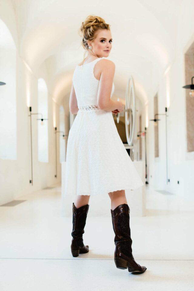 Kurzes Bio Brautkleid mit Rundhals und transparenter Taille – Mariella