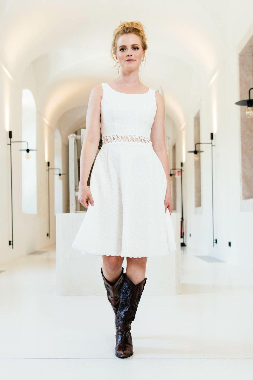 Kurzes Bio Brautkleid mit Rundhals und transparenter Taille
