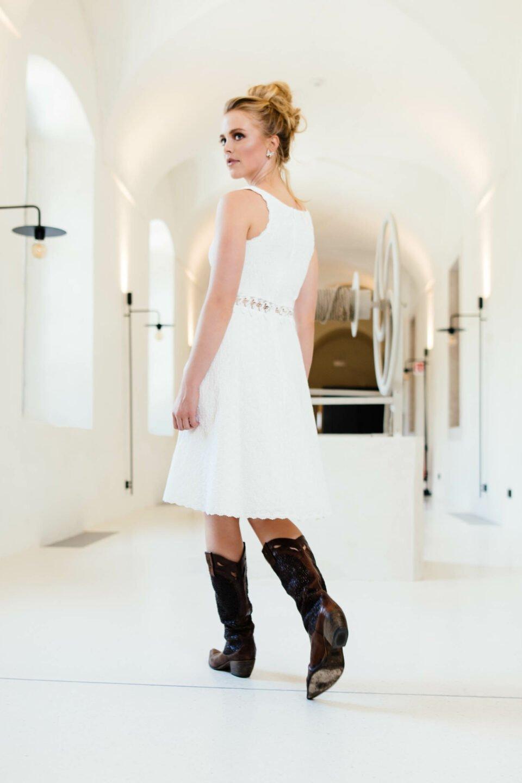 Kurzes Brautkleid mit Cowboystiefeln