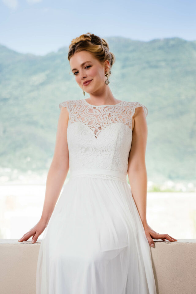 Bohemian Hochzeitskleid mit offenem Rücken & angesetztem Gürtel – Anka