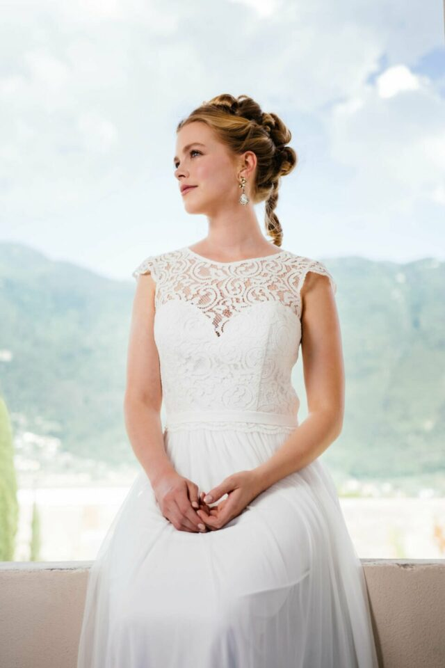 Boho Brautkleid mit Spitzenoberteil auf Herzcorsage