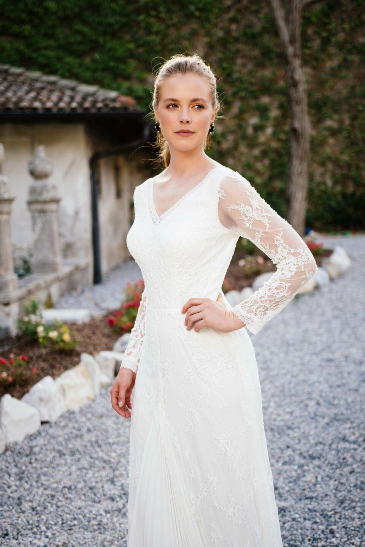 extravagantes Brautkleid mit plissierten Chiffoneinsatz im Vorderteil