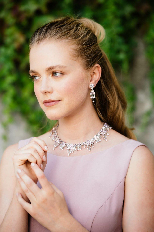 Braut mit opulenter Silberkette im lila Brautkleid mit Trägern