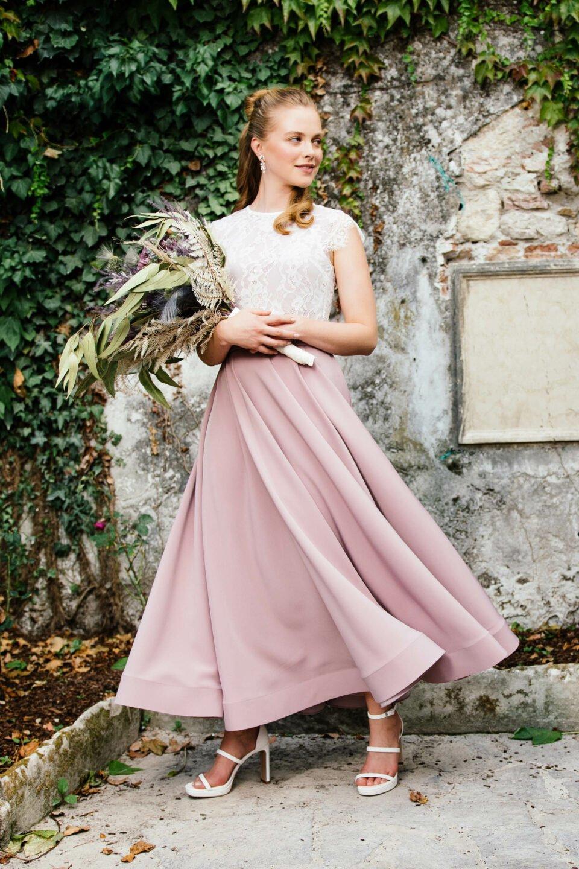 Braut mit Brautstrauß im farbigen Brautkleid mit weißen Spitzentop