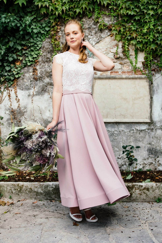 Lila Brautkleid mit weißem Spitzentop