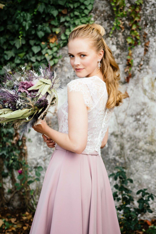 farbiges Brautkleid mit hellem Spitzentop