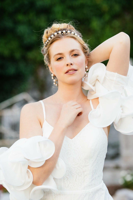 Brautkleid mit Spaghtititrägern & extravaganten Volantärmel aus Seide