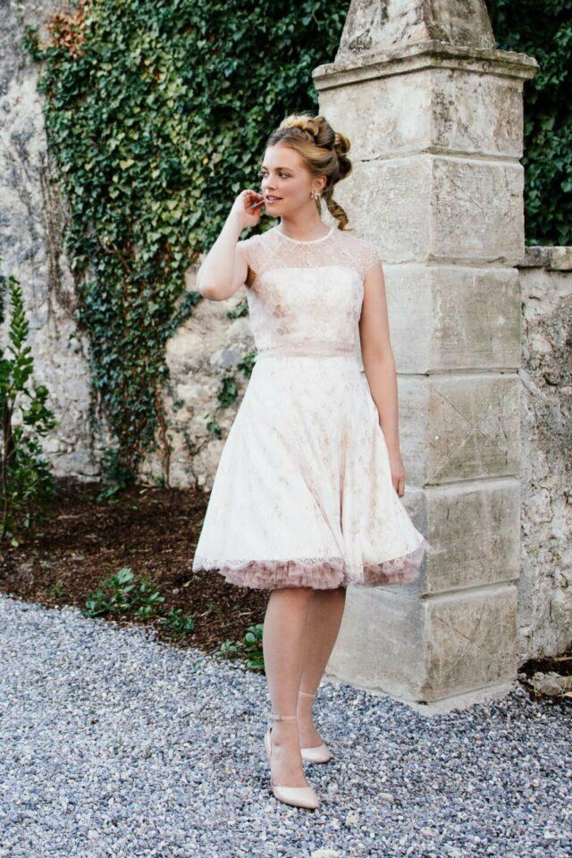 Kurzes Petticoat Brautkleid mit Farbe