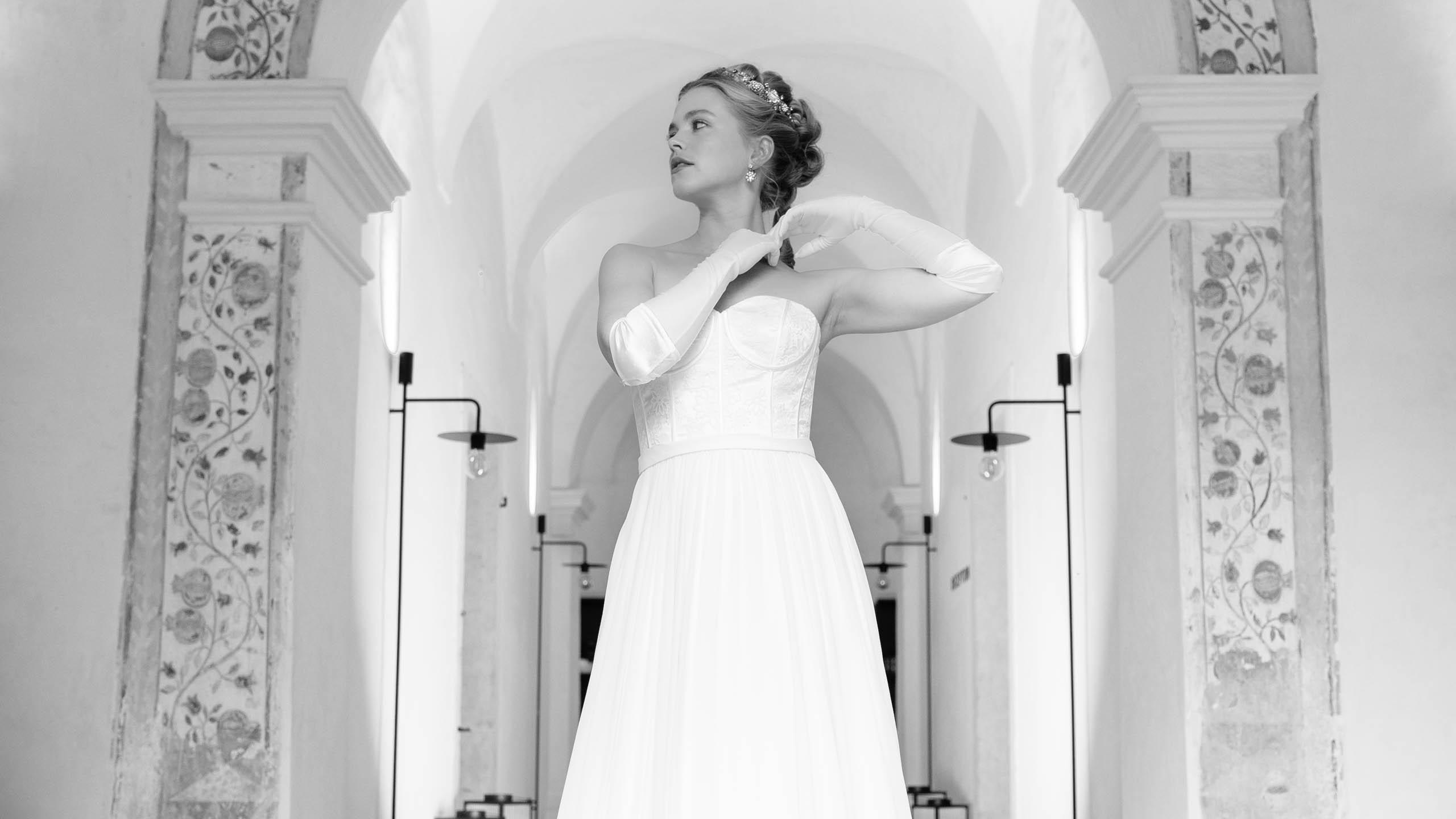 Brautoutfit im Bridgerton Style mit langen Braut-Handschuhen und Vintage Corsagenkleid