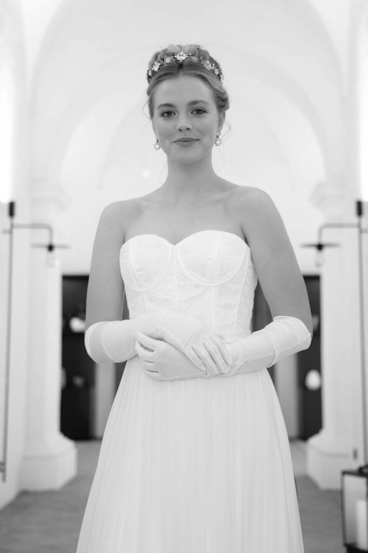 Bridgerton Hochzeitskleid mit Braut-Handschuhen kombiniert