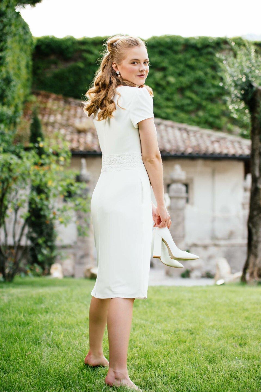Braut barfuß auf der Weise im Etui Brautkleid