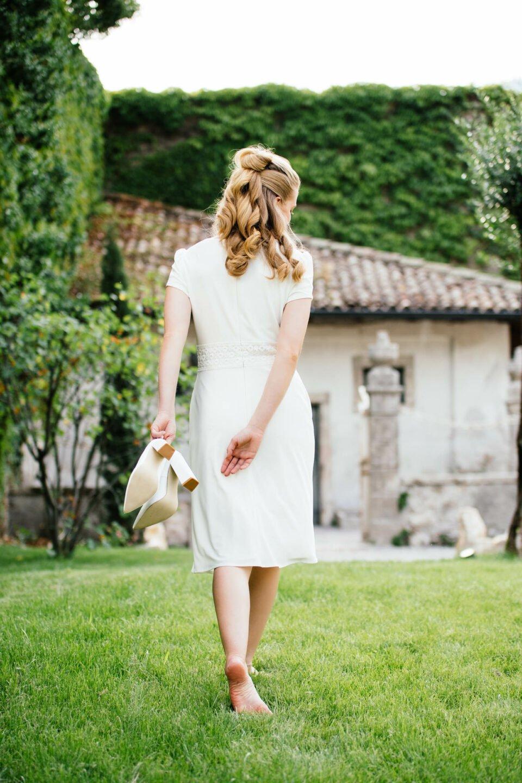 Brautkleid in Knie umspielender Länge von hinten