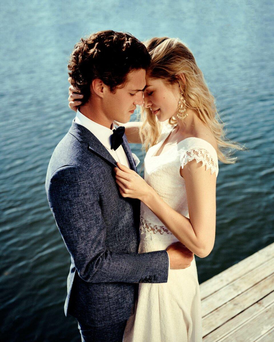 Brautpaar am Wasser, Braut im zweiteiligen Brautkleid aus Bio-Baumwolle