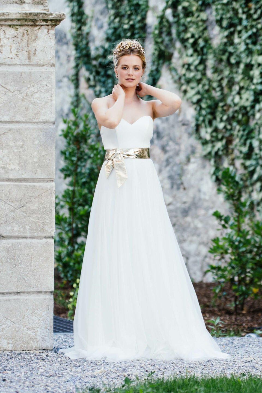 Modernes Brautkleid Sweetheart mit Herzcorsage und goldenem Brautgürtel