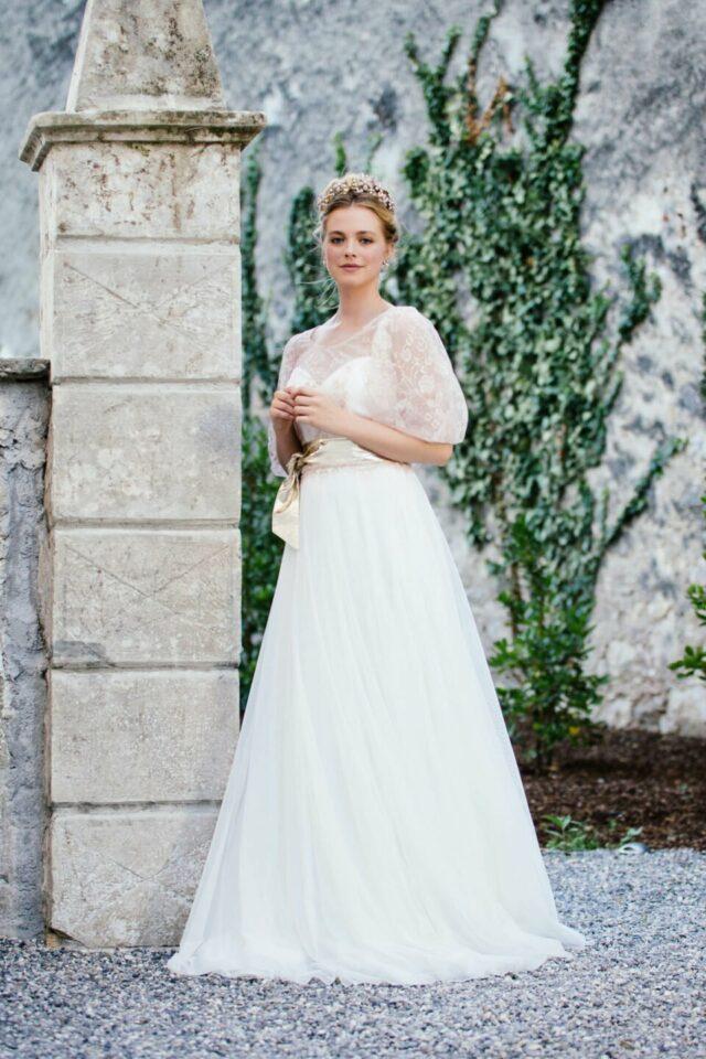 Modernes Brautkleid mit farbigem Spitzen-Brautoberteil mit Keulenarm
