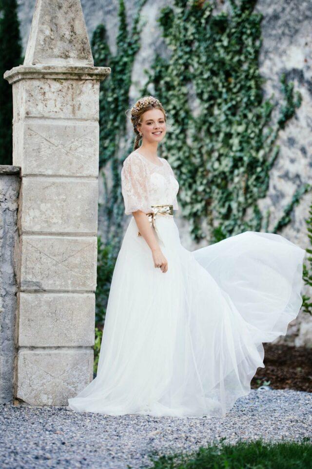 Cleanes Hochzeitskleid ohne Träger mit besonderem Keulenarm-Brautoberteil kombiniert