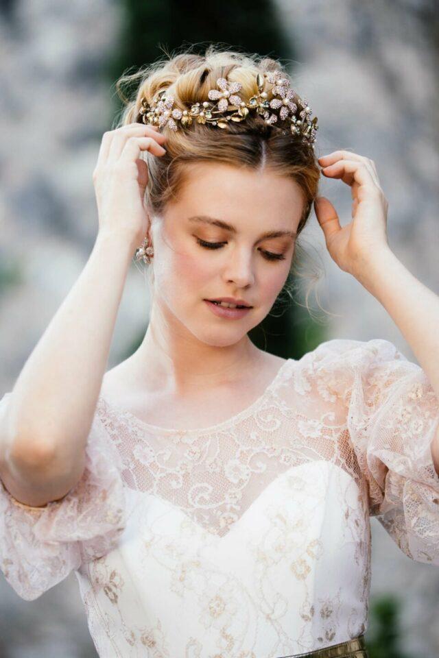 Märchenhafte Braut im Aschenbrödel Brautoberteil und Goldkette in den Haaren