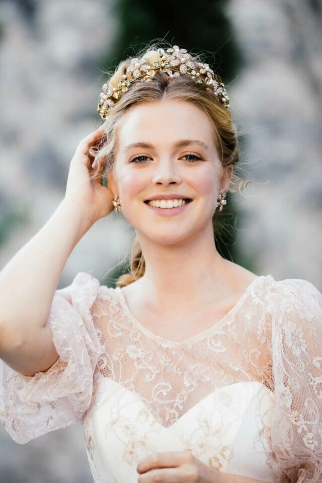 Stahlende Braut als moderne Prinzessin im Aschenbrödel Oberteil und tollem Brautschmuck in den Haaren