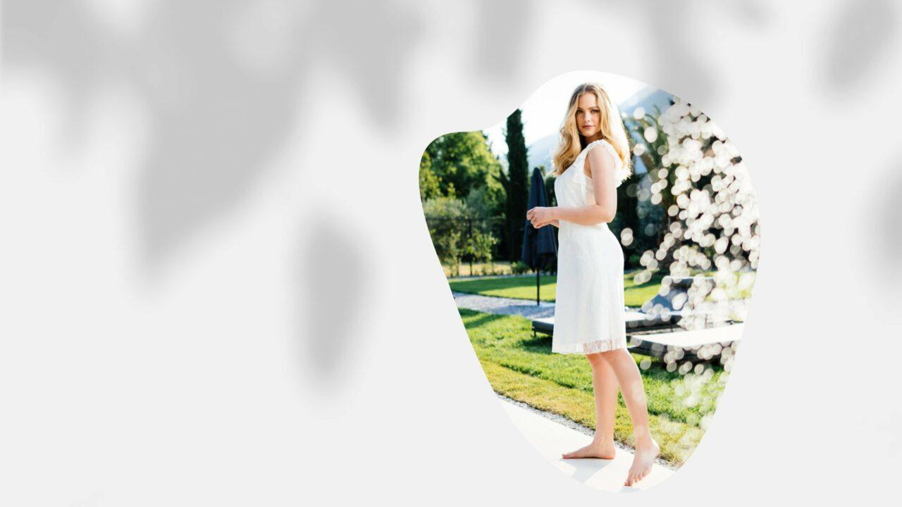 Nachhaltiges kurzes Brautkleid mit Rüschen aus Spitzenkleid