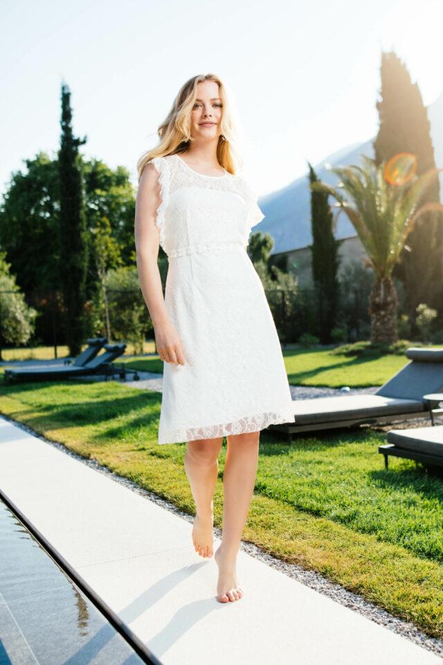 Nachhaltiges Brautkleid mit Rüschen-Armausschnitt – kurzes Spitzenkleid – Mara