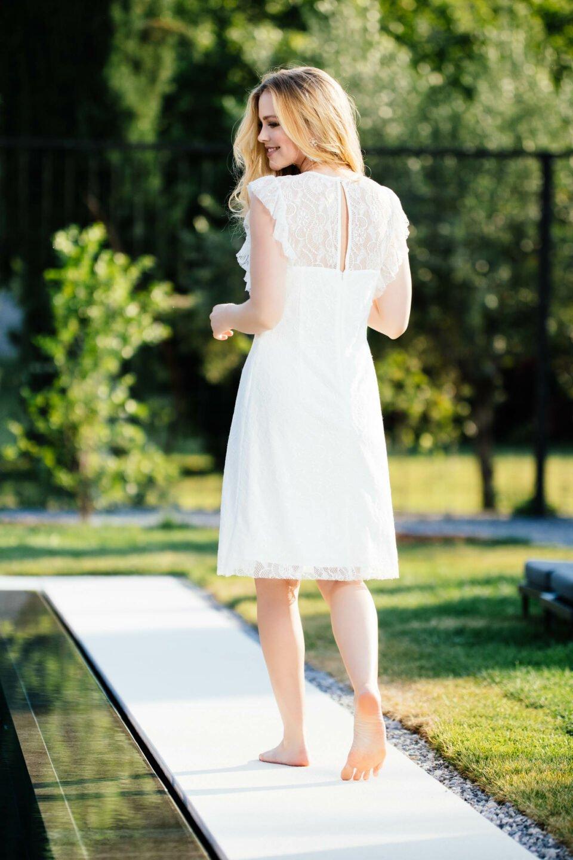 Nachhaltiges Brautkleid mit Rüschen-Armausschnitt und transparenter Spitze